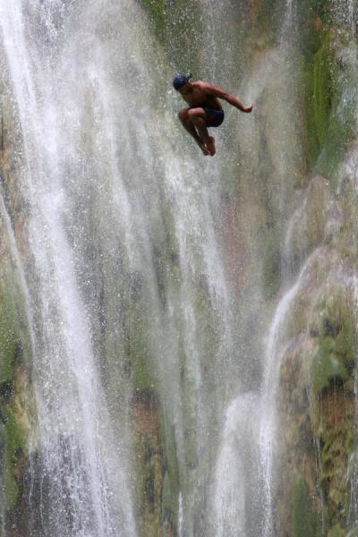 Foto de Just off the rocks, a long way to go down at Limón waterfallCataratas Limón - República Dominicana