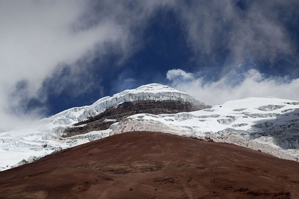 Foto de Thick ice cover on the summit of Cotopaxi with clouds around the top - Ecuador - América