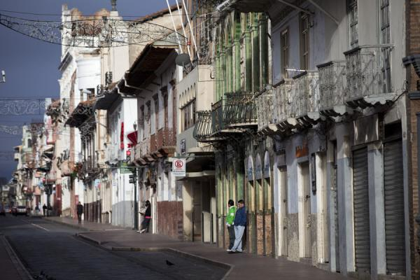 Foto de Early morning view of one of the streets of CuencaCiudad vieja de Cuenca - Ecuador