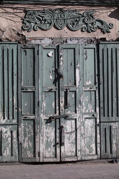 Foto van One of the many beautiful wooden doors in the old city centre of CuencaCuenca oude stad - Ecuador