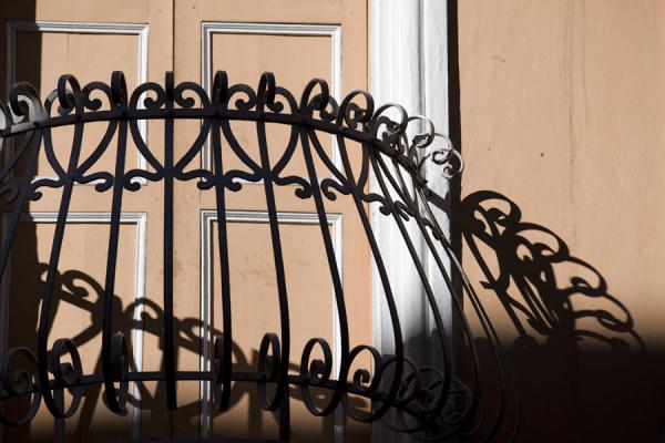 Close-up of balcony and shadows of a house in Cuenca | Città vecchia di Cuenca | Ecuador