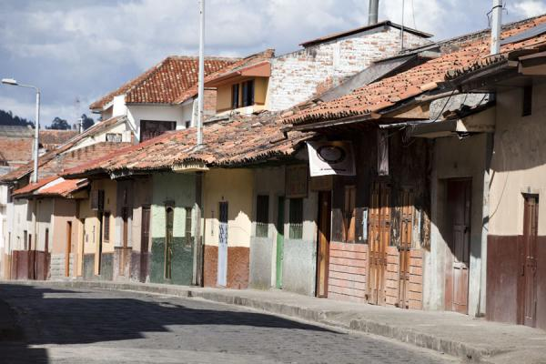 Street in Cuenca with typical low-rise buildings | Cuenca oude stad | Ecuador