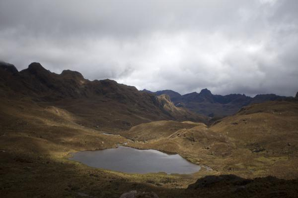 Foto van One of the many lagoons in El Cajas surrounded by seemingly endless mountainsEl Cajas Nationaal Park - Ecuador