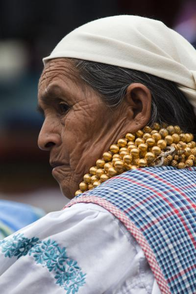 Old market woman with collar | Otavalo marktvrouwen | Ecuador