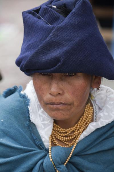 Old market woman with typical collar and head dress | Otavalo marktvrouwen | Ecuador