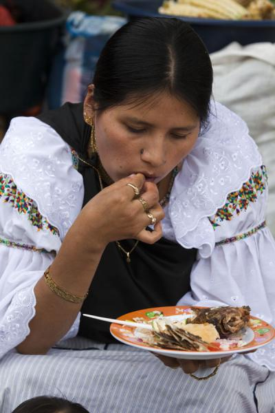 Woman in traditional dress having lunch | Otavalo mujeres del mercado | Ecuador
