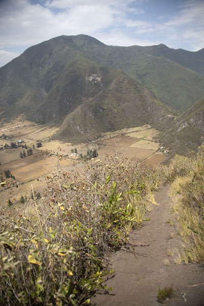 Foto van Pululahua caldera in the backgroud of a trail on Cerro Pondoño - Ecuador - Amerika