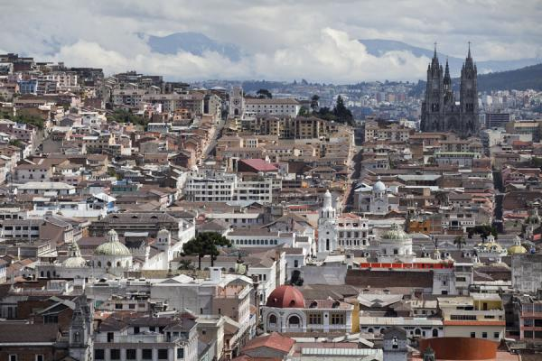 Overview over the historic heart of Quito with the Basílica del Voto Nacional in the background | Vielle ville de Quito | l'Equateur