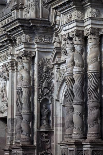 Close-up of the pillars of the Compañía de Jesús church in the old city centre of Quito | Quito old city | Ecuador
