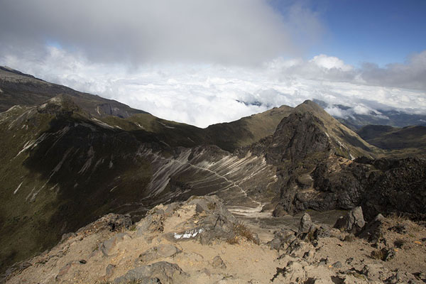 Foto van Looking out over mountains and clouds from the top of Rucu Pichincha at 4698mRucu Pichincha - Ecuador