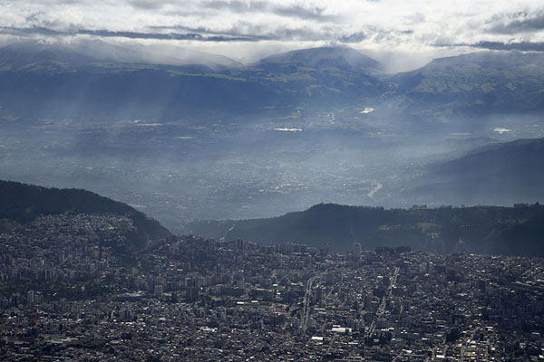 Foto van Rays of sunshine on Quito seen from the viewpoint at the top of the cablecarRucu Pichincha - Ecuador