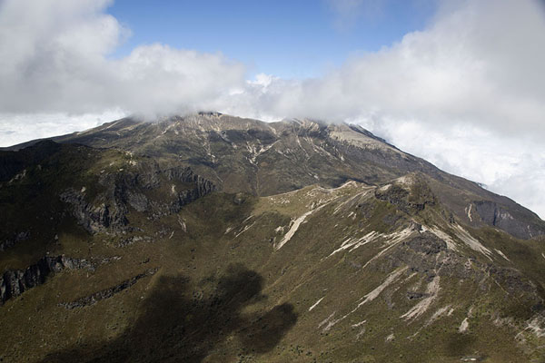 View of Guagua Pichincha from the summit of Rucu Pichincha - 厄瓜多尔