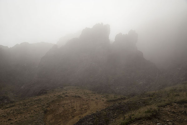 Foto van Clouds swirling around the rocky landscape of Rucu PichinchaRucu Pichincha - Ecuador