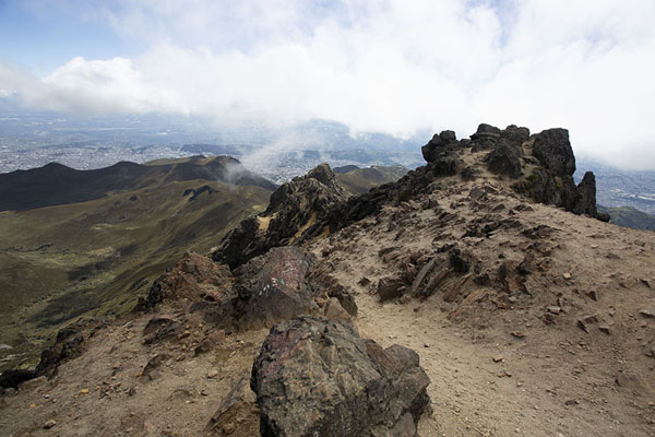 Photo de Looking towards Quito from the summit of Rucu Pichincha at 4698mRucu Pichincha - l'Equateur