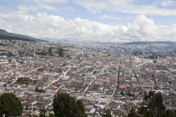 Photo de Sweeping views of the city of Quito from the PanecilloVirgen de Quito - l'Equateur