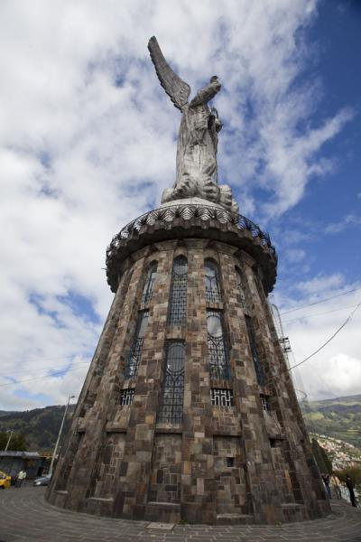 Photo de Virgen de Quito on a high pedestal on top of the PanecilloVirgen de Quito - l'Equateur