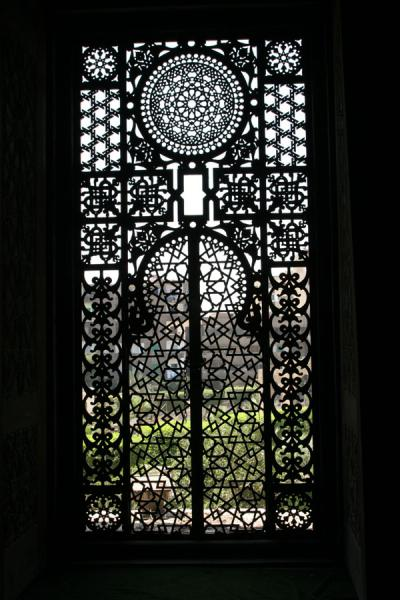 Foto van Exquisitely decorated window screen in the ar-Rifai mosqueCairo - Egypte