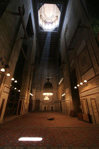 Foto van Ray of sunlight shining on the carpet of ar-Rifai mosque - Egypte - Afrika