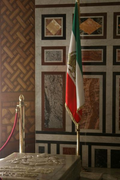 Foto van Iranian flag and the tomb of the last Shah of Iran - Egypte - Afrika