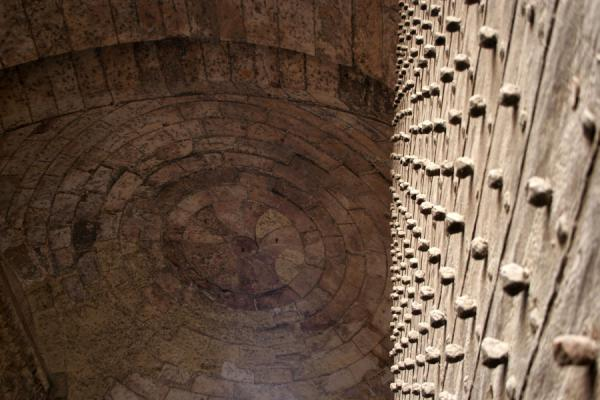 Part of the enormous door seen towards the ceiling of Bab Zuweyla | Bab Zuweyla | Egipto