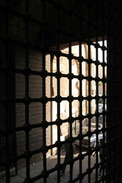 Bab Zuweyla gate door seen through the iron trellis | 巴祖韦拉 | 埃及