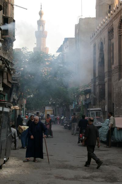 Foto van People walking a street close to al-Maridani mosqueCairo - Egypte