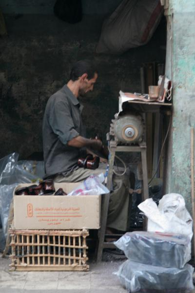 Foto van Egyptian in his shoe workshop in Darb al-Ahmar neighbourhoodCairo - Egypte