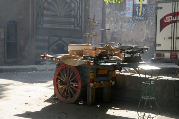 Cart parked on a small square | Scènes de Darb al-Ahmar | Egypte