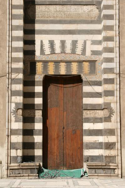 Foto van Door decorated in layers in Sultan Hassan mosqueCairo - Egypte