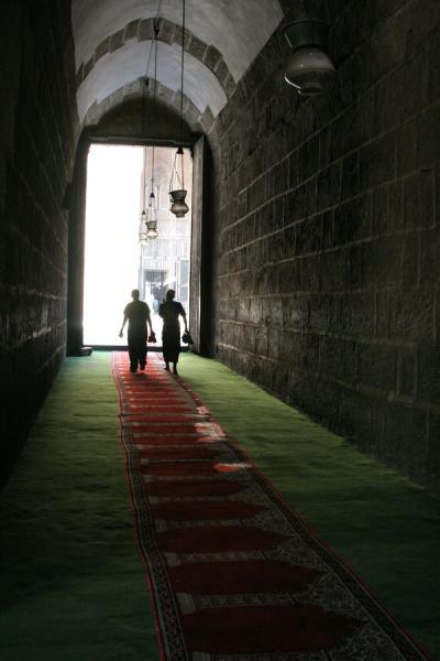 Silhouets walking towards the courtyard of Sultan Hassan mosque | Sultan Hassan mosque | 埃及