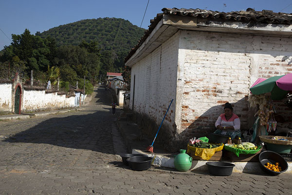 Foto van Woman selling fruits on a corner in ApanecaApaneca - El Salvador