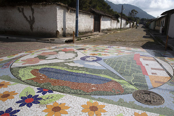 Foto de Colourfully decorated street of Apaneca - El Salvador - América