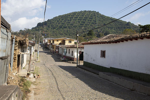 Street in Apaneca with mountain covered with coffee plantations in the background | Apaneca | El Salvador