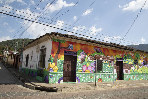 Corner of a street in Apaneca with colourful mural on a house - 萨尔瓦多 - 北美洲