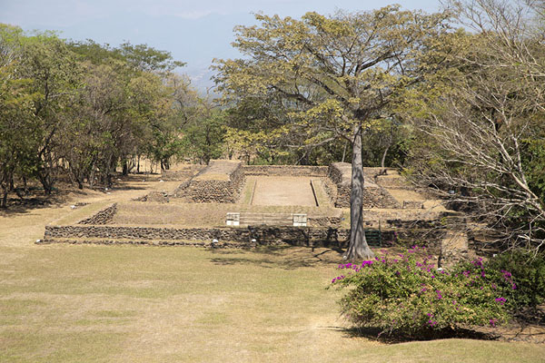 Foto van Looking towards the north ball court from the great pyramid of CihuatánCihuatán - El Salvador