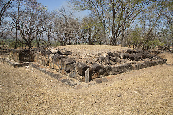 Photo de Ruins of a temple outside the wall of CihuatánCihuatán - El Salvador