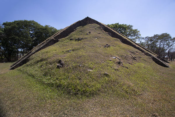Photo de The pyramid seen from one of the cornersCihuatán - El Salvador