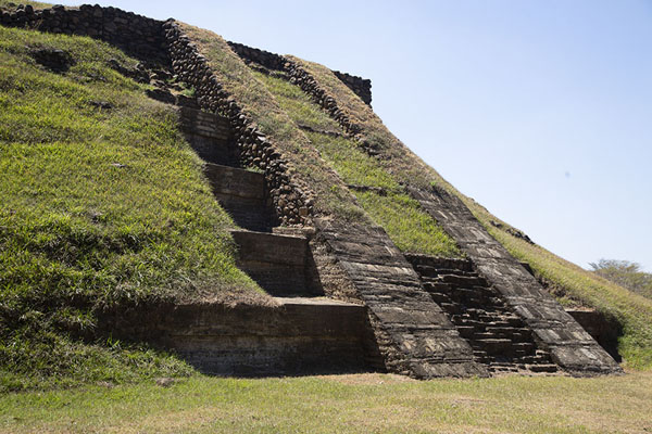 Foto di The steep slope of the great pyramidCihuatán - El Salvador