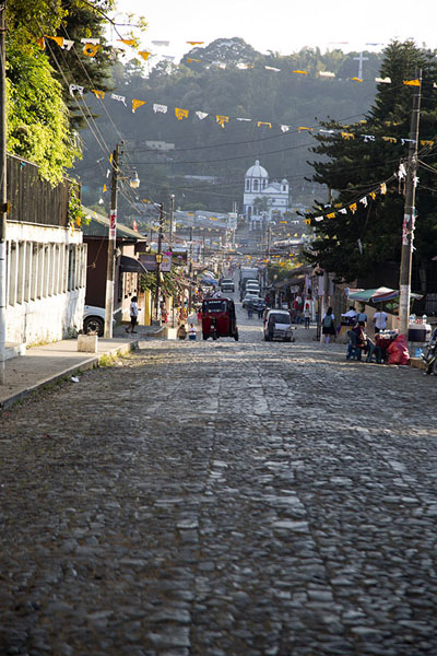 Foto van One of the main streets of Concepción de Ataco with the Calvario church in the backgroundConcepción de Ataco - El Salvador