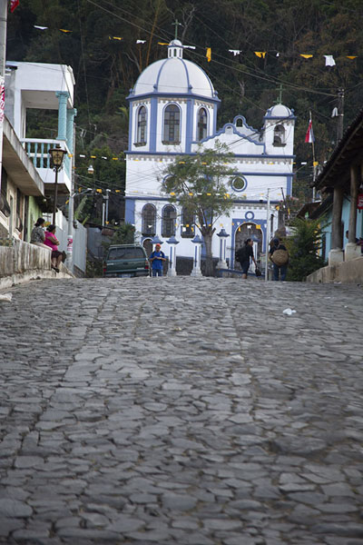 Foto van Cobble-stone street with the Calvario church on topConcepción de Ataco - El Salvador