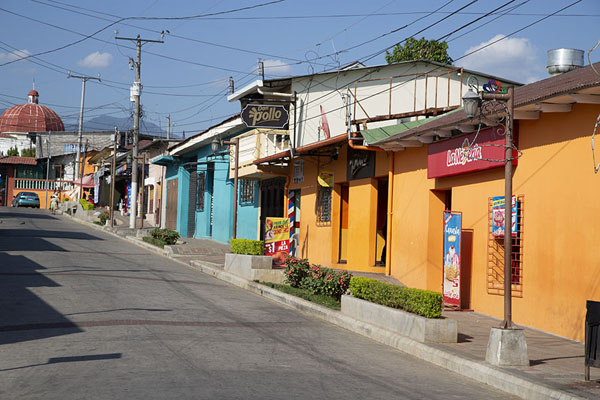 Foto van Street with colourful houses leading to the main square of NahuizalcoNahuizalco - El Salvador