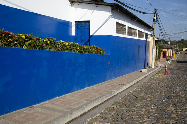 Foto di School building with flowers on a cobble-stone street in NahuizalcoNahuizalco - El Salvador