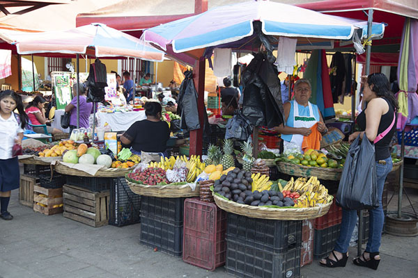 Foto di The market of Nahuizalco with fruit and vegetable stalls - El Salvador - America