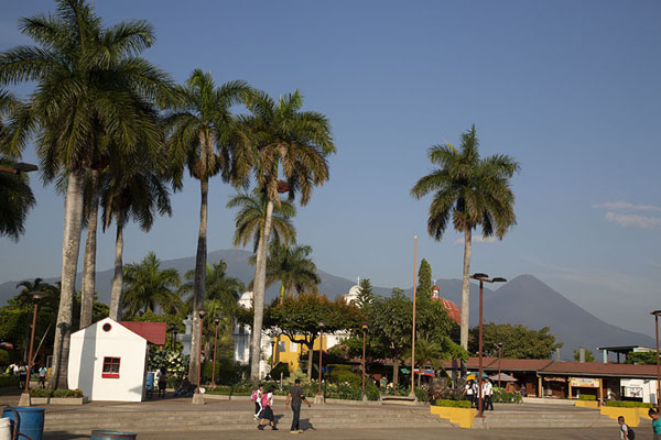 Foto van The main square of Nahuizalco with church and volcanoes in the backgroundNahuizalco - El Salvador