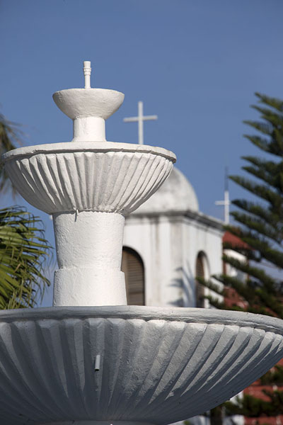 Foto de Row of fountain and church towers seen from the main square of Nahuizalco - El Salvador - América