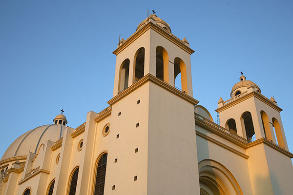 Looking up the bell towers and dome of the cathedral of San Salvador - 萨尔瓦多