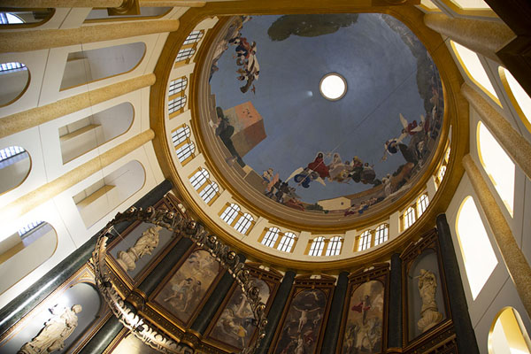 Photo de Looking up the cupola of the cathedralSan Salvador - El Salvador