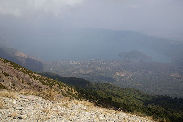 Photo de Looking towards Coatepeque caldera lake from Santa Ana volcano - El Salvador - Amérique