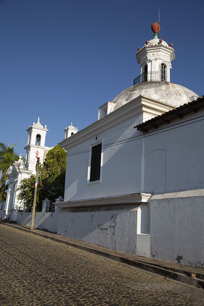 Foto de The Santa Lucía church of Suchitoto in the early morningSuchitoto - El Salvador