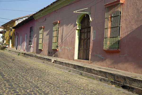 Foto di Early morning sun on a row of houses and cobble-stone street in SuchitotoSuchitoto - El Salvador